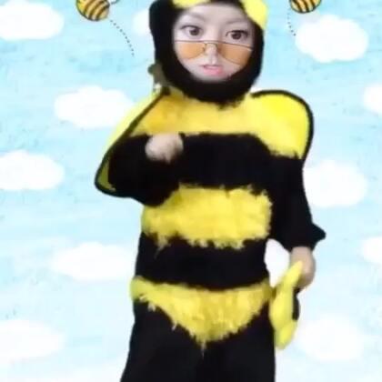 【LALA大赛】我又发明了一个新比赛! 请在Snow里找小蜜蜂,然后把以下示范里的旋律LA出来~然后在#邓紫棋#貼給我看!我要弄一个LALA大和唱!!! [二哈]玩疯了 [二哈]小蜜疯 [二哈]我开始怀疑自己的智商