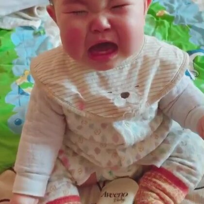 🌸🌸朵朵8个月4天🌸🌸躺着偶尔自己能坐起来啦🌝想哭的时候得先把表情做出来😎