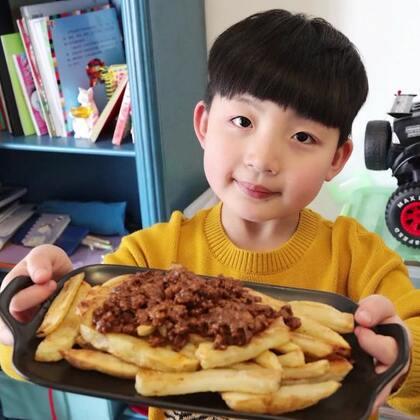 肉酱薯条🍟大人小孩都喜欢的一道料理,汉堡店的当家菜单,薯条也可以晾干水份油炸,超级好吃😋,还记得上次出去吃的肉酱薯条嘛,这次复刻出来,肉酱足,完全不够吃啊!!喜欢点赞哦~#美食##吐司的n种吃法##小白亲子厨房#