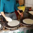 #美食##跟着强哥逛台湾#員林市老字號。他們家賣 檸檬愛玉。春捲皮。潤餅。台湾春捲叫润饼。加了肉燥芥末更好吃