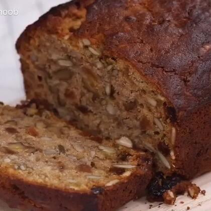 烘培小白的福音来啦,英国妹子教你做入门级必学甜品-料爆足的香蕉面包。口感丰富,营养价值极高,无论是当作营养早餐还是下午茶甜点都是极好的😊😊#美食#