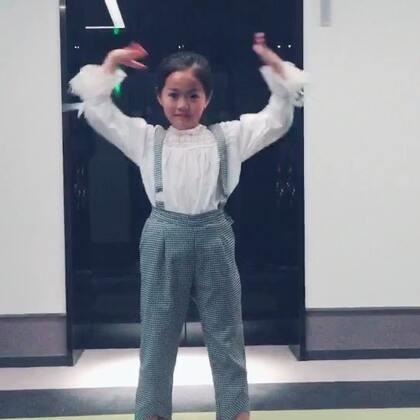 今天在韩国刚学了新舞蹈 回酒店后就在走廊上和小伙伴们练习起来了 加油 萱宝 #精选#美拍