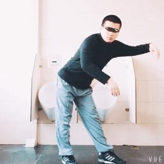 大冬天的poppin机械舞和厕所更配?趁蹲坑的还没出来赶紧溜了溜了😲#舞蹈##我要上热门##厕所自嗨#@美拍精选官方账号