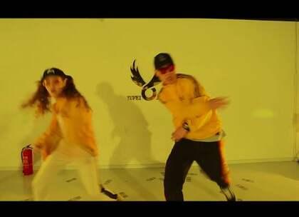 #舞蹈##No Limit#【欲非爵士舞】郝乐Le-Yo导师最新MV-G-Eazy,A$AP Rocky,Cardi B - No Limit.惊喜!我们都知道郝乐老师是跳爵士的,这一次居然带来了一支Swag舞蹈作品😍,而且是和好朋友一起原创的编舞作品哦,她自己也说这是第一次尝试Swag,你们说郝乐老师是跳爵士好看还是Swag呢?😊