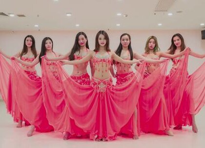#东方舞#彩巾飞舞,曼妙的舞姿看得我眼睛直冒星星,孟炜老师带领着肚皮舞姑娘们散发出了无限的魅力~咨询#舞蹈#微信:danse68