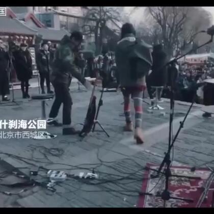 #音乐##朴树#北京寒冷的冬日里,朴树跑到后海给一群陌生的人唱了首歌,一开口就惊艳了!