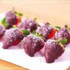 #美食##情人节快乐#情人节的甜蜜暴击来啦!佳丽教你做最简单的草莓巧克力,好看又好吃!#甜点#情人节你准备做什么呢?留言告诉我吧~✨@美拍小助手@美食频道官方号