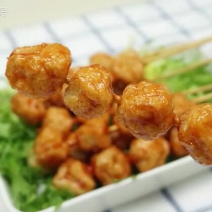 今天我们吃一道好吃又好玩的,鱼丸串串香,话说这样做出来的鱼丸超级好吃,Q弹又有嚼劲,赫赫连连说好吃,这下再也不用吃外面买来的鱼丸了。#吉祥年菜##美食##鱼丸#