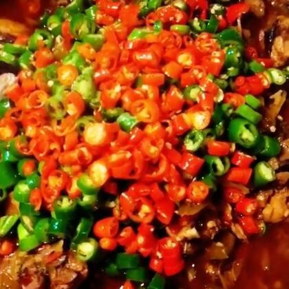 喜欢吃酸菜的,可以把🐔换一种吃法,绝不会让你失望。反正我最后是吃完了鸡,吃酸菜,最后汤拌了面条🌚。留下小❤️❤️喔#美食##自制美食##我要上热门#