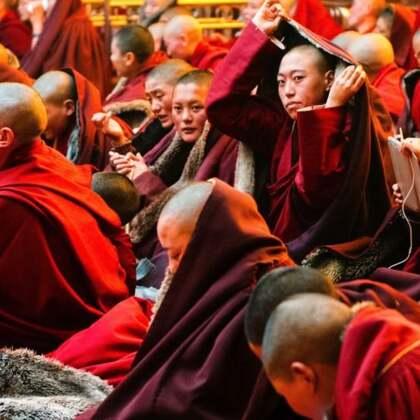 藏地女儿佛国探秘(上)—美摄帅哥出品????亚青寺位于甘孜藏族自治州白玉县境内,属宁玛教派。亚青寺现常住有两万僧尼,以觉姆(藏语尼姑)为主,昌曲河围绕着一个觉姆岛,此岛是世界上最大的女性修行地,以艰苦修行闻名,也是藏区很有影响的大寺庙。#日志##旅行#@美拍小助手
