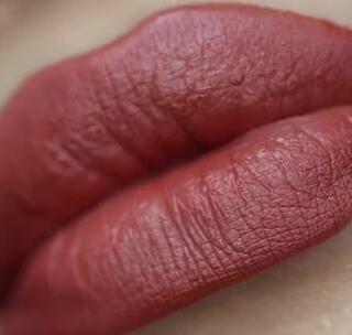 #时尚美妆# 其实比起正红色,蜜糖觉得这种颜色更日常更讨喜,也更不挑人!品牌:limecrime 色号butterscotch