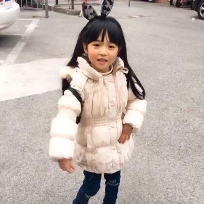 #宝宝# 小小雪强烈要求要在小年夜饭前舞动一下