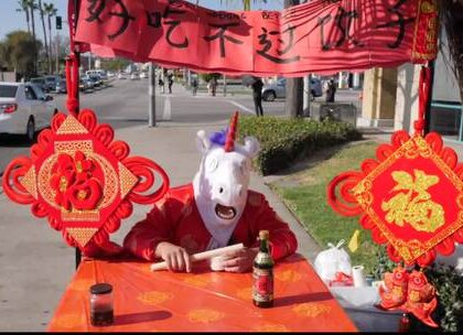 大年三十儿请老外吃饺子!饺子学问大,香掉你的牙!祝大家春节快乐,阖家团圆#春节##热门##搞笑#