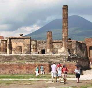 【古城一夜之间被夷为平地,2万生命瞬间消失,留下千古谜团!】庞贝古城位于意大利南部那不勒斯附近,在维苏威火山西南脚下10公里处,曾在一夜之间被夷为平地,现在已被定为了世界文化和自然遗产,是每一个来意大利的旅游者必到的一站。#旅游##欧洲##我要上热门#