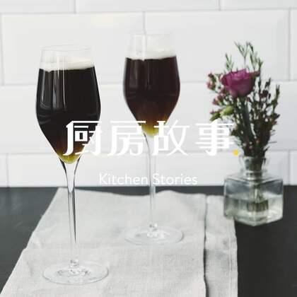 来自英国的一款经典鸡尾酒,因口感顺滑而得名黑天鹅绒。让我们为新年举杯吧~ #鸡尾酒##新年##英国#
