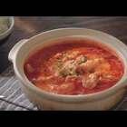 鱼骨炖出奶白的鱼汤,再加入番茄炒出沙,变成红彤彤的一锅,关火滑入鱼片,用余温烫熟,是最嫩最鲜的口感。裹上汤汁夹起一块,能吃下好几口米饭。#美食#