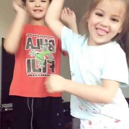 #加加啦啦舞#两个发疯了的娃#宝宝##过年洗脑歌#