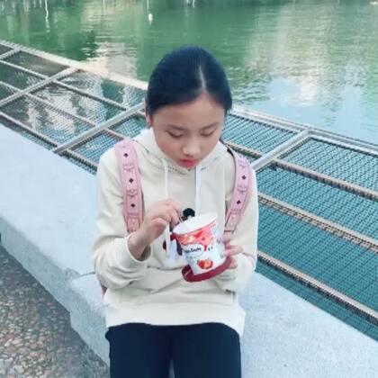 吃冰激凌的小孩(๑>ڡ<)☆