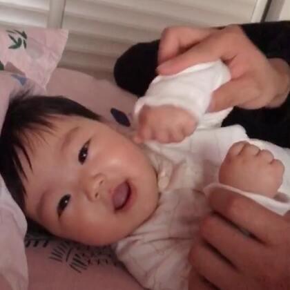 小棉是怎么了😂最近学会了尖叫😂我得好好练练嗓子了!要不以后diss不过啊😂😂😂#宝宝##小棉成长记#