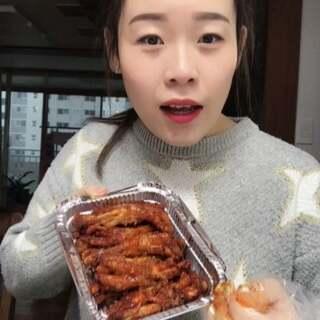 韩国辣鸡爪~~^^ 刚刚跟我爸妈视频~ 我妈说早上问我爸:老伴 你什么时候最幸福 我爸说:看我女儿吃东西最幸福~ 然后俩人就看我美拍 正在啃鸡爪的我 😄 @美拍小助手 #吃秀#