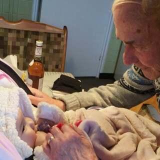 #宝宝##温馨##荷兰混血小小志&柒#刚来接小志,结果小志在奶奶家,太爷爷奶奶爽爽的粘着小柒哈哈哈
