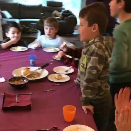 小宝的8岁生日会,孩子们给他唱自己改编的生日歌,哈哈。#宝宝##精选##混血儿#