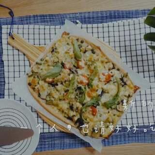 Icy's生活厨房/ pizza!pizza!不知道吃什么的时候,我会把家里现有的食材拿出来,随意搭配,做成五颜六色营养丰富的pizza。 新鲜出炉的pizza铺上一层芝麻菜,一口下去……幸福感满格,再不愉快的情绪也会被它一扫而光。新的一年,一个人也请好好吃饭。