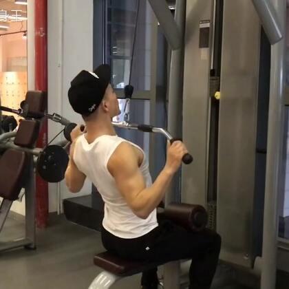 #健身教程#健身器械教学,高位下拉👉🏻@小圣教练