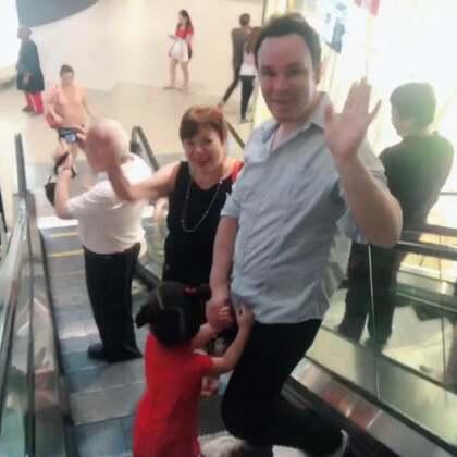 #annie和爷爷##annie和奶奶#爷爷奶奶昨晚到新加坡,今晚一起去了新年聚餐😃#宝宝#