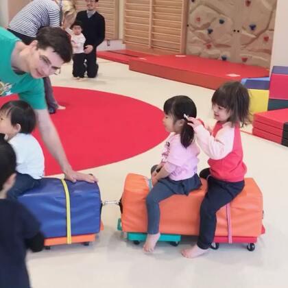 #小团子#每周末的幼儿健身班,最爱坐小火车#宝宝##混血宝宝#