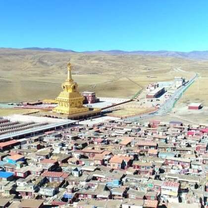 航拍亚青寺—美摄帅哥出品??????亚青寺位于甘孜州白玉县章台大草原深处,寺院四面环山,纵横交错的昌曲河环绕着整个寺院和木屋建筑群。海拔4000多米的高原严寒和交通闭塞,没能阻挡成千上万的藏族信众徙步千里来此学佛的热情。#旅行##航拍#@美拍小助手