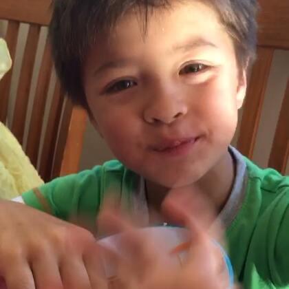 麻麻做的沙拉,儿子大口大口吃,麻麻太开心😊😘#宝宝##自制美食##我的男神#