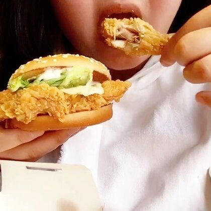 #吃秀# 蛋挞最后一口看到一根睫毛,到最后吃汉堡最后一口的时候又发现一根睫毛,崩溃了,之前在小吃摊吃出异物 以后再也没吃过摊位的炸鸡,你们遇到这种问题都怎么办?