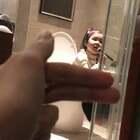 """厕所好声音(下部)手里拿的什么?""""话筒""""啊,唱的什么歌?自创的啊😂😂,还对着浴室反光玻璃自我欣赏😂😂😂😂#宝宝##宝妞宝##萌宝宝#"""