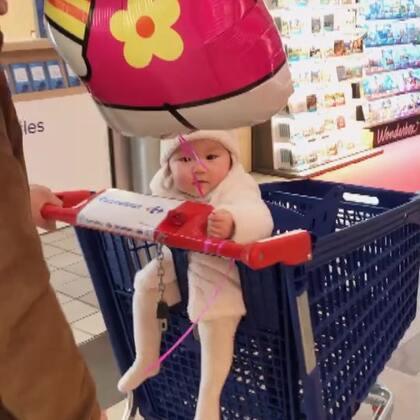 给涵涵买了只hallo Kitty的氢气球,然后去购物😘😘😘#萌宝宝##家有萌宝宝##涵涵9个月25天#