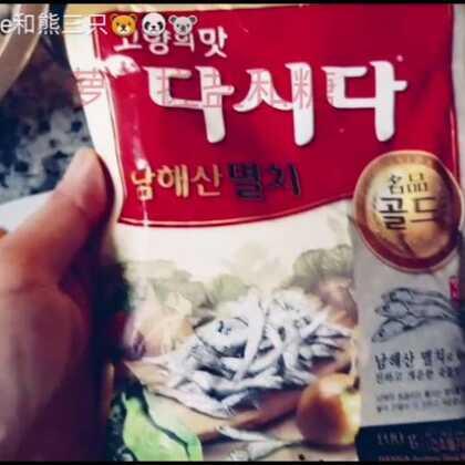 在韩国的时候各种外国人活动少不了就是做泡菜,泡菜国的称谓可不是浪得虚名。。。熊爸最喜欢萝卜泡菜~我喜欢水泡菜,可是最近白菜比较贵,还是泡萝卜吧! #宝宝#