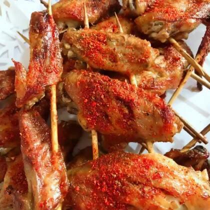 美好的周末就是在家做自己喜欢吃的,今天来做#秘制香辣烤鸡翅#可当小零食,一边吃一边追剧也是不错的选择哦😊#美食##家常菜#
