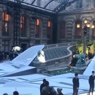 科技感的布置与古老的卢浮宫形成强烈反差碰撞~#带你上热门##巴黎时装周#