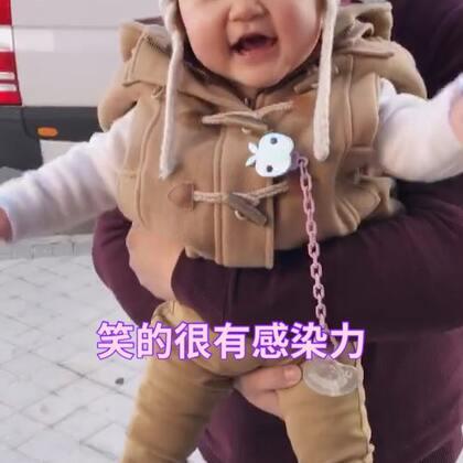 真的真的特别喜欢看涵涵笑,超级有感染力的,而且笑起来眼睛眯成缝😂像涵爸说的一样,开心起来四肢抖起来的🤣🤣🤣哈哈哈#宝宝##萌宝宝##涵涵10个月啦#