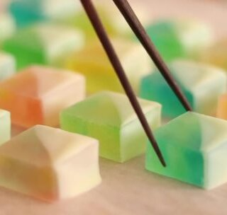 美到令人窒息的酸甜琥珀糖~每看一次都有想做的冲动。😳上次发的是普通琥珀糖的做法,这次加了新的创意哦,是酸酸甜甜的口感,口味更丰富了~外观也开挂一般的小清新,受不鸟了~我要做起!😍😍#美食##琥珀糖##我要上热门#