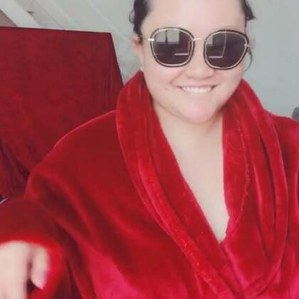 自嗨模式。 10号搬家。再给大家出视频。我的浴袍是不是很好看。猜猜多少钱