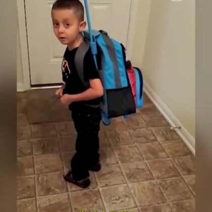 """找台阶下新方法:""""我不能告诉你"""" !一个五岁倔强的boy负气要离家出走了,背了一书包的玩具。面对妈妈的连环追问,小男孩越来越没信心,觉得""""离家出走""""简直太不合适了,还好自己聪明找了台阶下,放弃后可真是一身轻松啊!#每日汇#"""