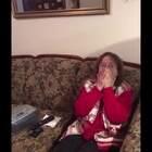最感人至深的礼物!一位老太太三十年前曾想成为一名歌手,她写过自己的原创歌曲但是从未发表过。三十年后的一天,她的孙子录制了一首歌要送给她,当音乐播放出来,她发现正是自己三十年前曾写的那首歌,瞬间泪如泉涌……😊😊😊