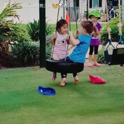 今天送娜娜去学校~坐秋千的是她的好朋友莉莉,每天回家都要说,看她俩一起玩儿我就秒懂为啥这姑娘是好朋友😅😅两个小疯丫头 #宝宝#