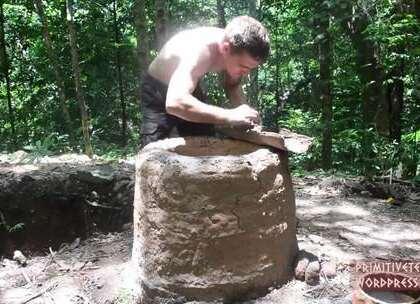 小哥用蜗牛壳烧制石灰,以后说不定可以自己弄出来混凝土了,第三十五#手工##生活小技能#