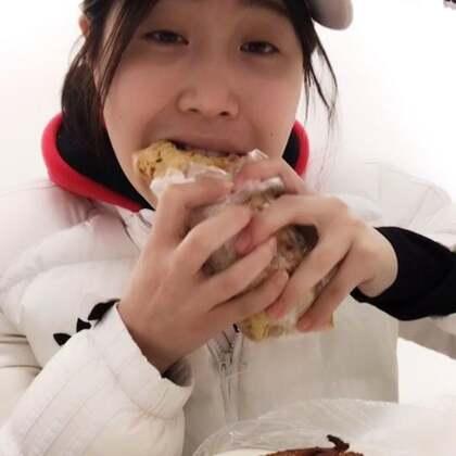 #吃秀##吃货#好喜欢吃烧烤~辣椒面加上孜然粉太香了,我这要7.30才下班~先垫垫肚子。你们饿了没有!!!