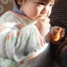 最近常做鸡蛋松饼给宝宝吃,做法很简单,两个蛋,一勺糖,两勺面粉,搅拌均匀,小火上锅!做出来松软可口,超级简单哦!适合一岁以上的宝宝吃