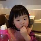 #宝宝##日常##上学#第一次和阿米莉一起溜滑梯,肚子里还有个二宝。这也算我们的合影了吧…😂越来越期待了,还有五个月就卸货了。这也太快了。阿米莉的小玩具就要诞生啦~这个姐姐应该会非常有模有样吧