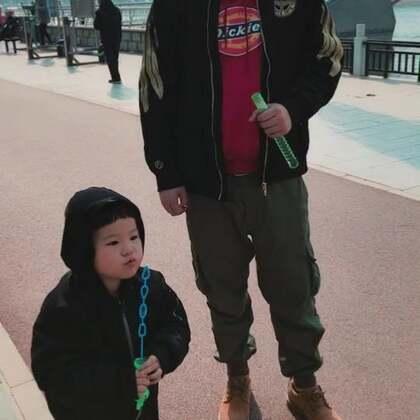 #宝宝##吃货的日常#我的两个男人真帅嘿! 带着泡泡仔逛公园、吹泡泡、看电影「给泡泡扔奶奶家了」。。。完美的一天~