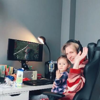 看坦克看得还真投入…😑#宝宝##游戏##精选##安娜2岁5个月# 我这两天发了好多娜姐,快表扬我…😆